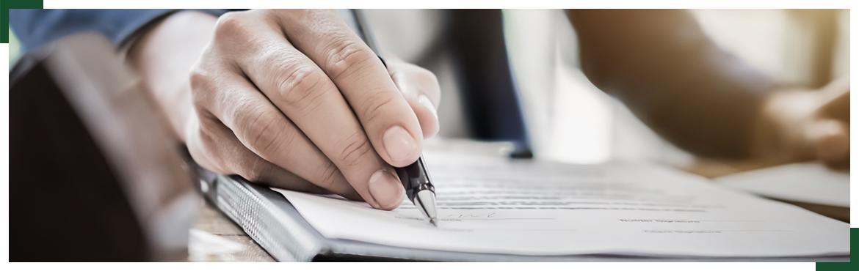 długopis w dłoni