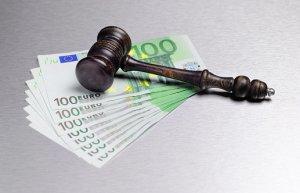 młotek sądowt i plik pieniędzy